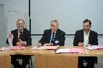 Alain Borowski, président de l'Ugap, signe la convention en compagnie de Philippe Domy (au centre), président du GCS UniHA.