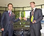 Nicolas Wertans, président BMW France, remet les clés du 600ème véhicule à Damien Paris, collaborateur d'IBM.