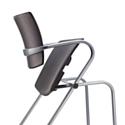 """Le système 'tip-up' de la chaise 'Delta Plus"""" permet de relever automatiquement l'assise, à la manière d'un strapontin."""