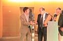 Mickaël Macé, fondateur de Novea remettant le deuxième prix qualité environnementale à la Société Générale