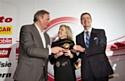 """Susan Docherty, p-dg de Chevrolet Europe (centre) et Karl-Friedrich Stracke, p-dg de Opel/Vauxhall (droite) reçoivent le prix de """"Car of the Year"""" des mains de Hakan Matson (gauche)."""