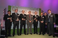 Les lauréats en compagnie du PDG Christian Streiff (au centre) et du directeur des achats, Jean-Christophe Quémard (à droite).