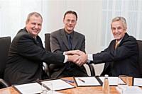 De gauche à droite: Dr. Matthias Fankhänel, senior vice-président technical procurement chez BASF, Serge Clémente, président du groupe Faceo et enfin Dr. Walter Seufert, président region Europe chez BASF.