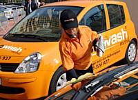 Le nettoyage est fait à la main par Ecowash et permet ainsi un suivi de l'état du véhicule