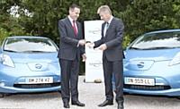Pierre Boutin, président de Nissan West Europe, a remis les clés des deux premières LEAF françaises à Dirk Pissens, le vendredi 27 mai dernier.