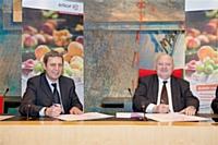De G. à D. : Alain Hiff ( directeur général délégué Elior Restauration Enseignement) et André Santini ( député des Hauts-de-Seine et Maire d'Issy-les-Moulineaux)
