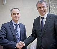Passation de pouvoir entre Pierre Pelouzet et Marc Sauvage.