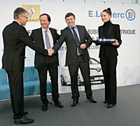 Dix Renault ZOE sont déjà livrées à Patrick Bellec, propriétaire du centre E. Leclerc de Pont l'Abbé, en présence de Michel-Édouard Leclerc, président des centres E. Leclerc, et de Carlos Tavares, directeur général délégué aux opérations du groupe Re