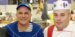 Un poissonnier et un boucher de Carrefour. A droite, Pascal Monin, directeur des RH de Carrefour. A gauche, Michel Gueguen, DG d'Armor Lux.