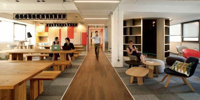 Conçu par l'agence de design AKDV, L'Ampli est un espace de 450 mètres carrés constitué d'un amphithéâtre et de six salles pouvant accueillir jusqu'à 60 personnes.