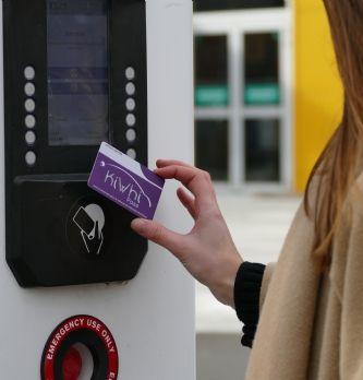 Les véhicules électriques et hybrides des ministères français vont être équipés de la carte KiWhi Pass