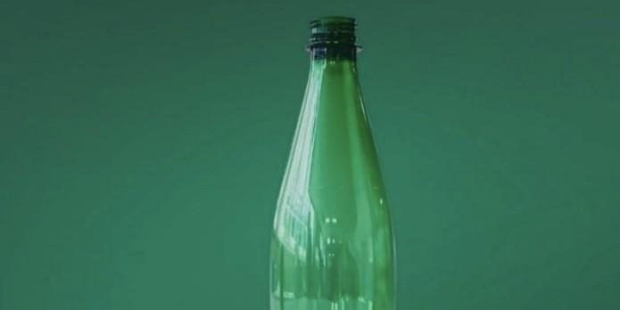 Perrier présente sa bouteille recyclée grâce à des enzymes